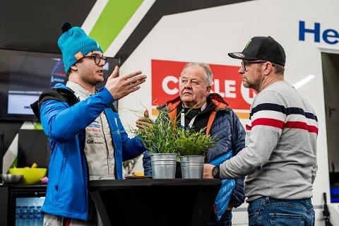 LITE FORNØYD: Oscar Solberg var lite fornøyd med bilen han kjørte i Rally Sweden. Her i samtale med farfar Terje og onkel Petter.