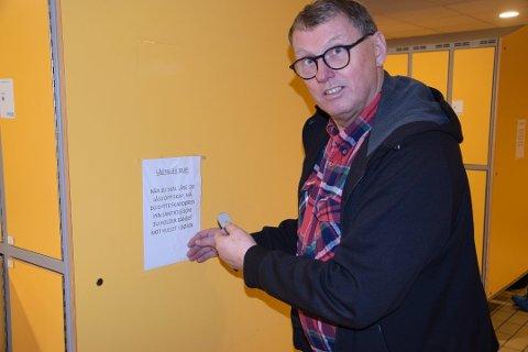 Badesjef David Koht-Norbye oppplyser at det har blitt borte bånd fra Østfoldbadet verdt vel 200.000 kroner.