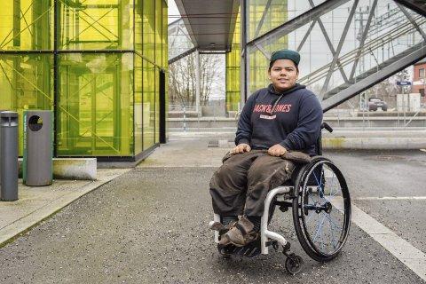 Lager humor: Svein Ingar Karlsen (17)  er ikke redd for å tulle med at han sitter i rullestol.