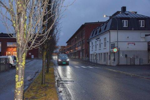Kvinnen drakk alkohol i Rådhusgata i Askim. Dermed ble hun anmeldt for drikking på offentlig sted.