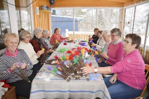 Pyntet ris og hjerter: Tirsdag satt mange sanitetskvinner rundt bordet hjemme hos Anne-Lise Strande. Der pyntet de ris og hjerter med fjær i ulike farger. De håper på å selge 600 fastelavnsris og mange hjerter. Kvistene har de hentet i skogen hos Bendik Nesje i Spydeberg.