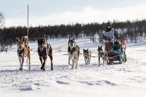 PÅ VEI: Daniel Haagensen og hundene knipset i løypa.