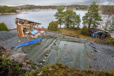 STOPP: Lille julaften ga kommunens byggesaksavdeling full stoppordre på arbeidene på denne hytta i Kølagrava på Grimsøy. Årsaken var at hytta var revet, og det var ikke søkt om rivetillatelse. I dag er det bare det en hjørnet av hytta som står igjen. Foto: Johnny Helgesen