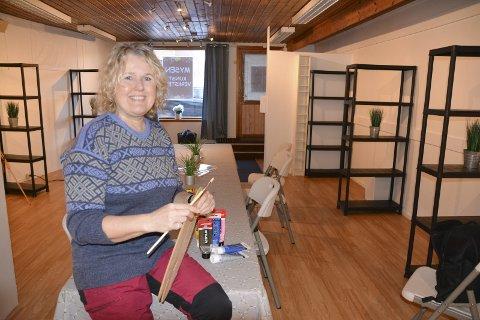 Mette Pia Lyng (56) har pusset opp lokalet i Smedgata. Hun har kjøpt inn hyller og laget plasser til kunstnere som vil leie seg inn i Mysen Kunstverksted. – Her skal alle føle seg velkommen, sier hun og ser for seg et sosialt fellesskap ved langbordet.