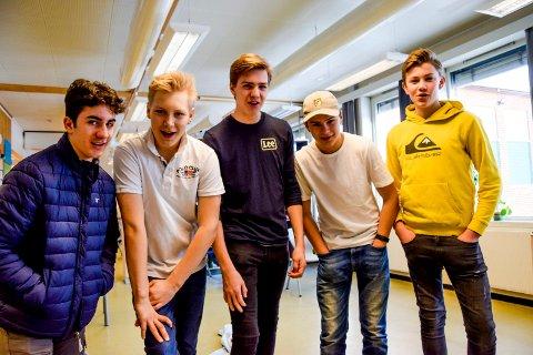 MUSIKALGUTTER: Disse gutta kan både synge, danse og være skuespillere. Her synger de noen strofer av «Bæ bæ lille lam»; f.v. Frans Jance (14), Sebastian Hattestad Nesset (14), William Olsen (14), Max Ekeberg (14) og Karsten Buer (14).