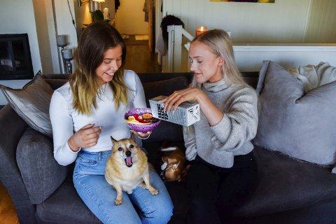 Smoothiebowl: Madelen Myr (20) fra Spydeberg og Helena Hansen (19) fra Spydeberg er utrolig glad i smoothie.