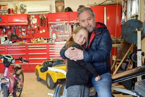 Pappajente: Lars Lillestrøm (59) og datteren Lindsay (7) hygger seg sammen. - Vi går turer, sykler og trener mye akkurat nå, forteller de.