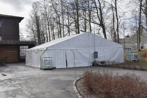 Koronateltet ved legevakta: Nå er det satt opp et telt som er på 90 kvadratmeter. 312 personer har så langt blitt testet, de fleste i koronateltet.