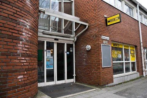 Stengt: Butikken Askim Stopp & Shop as i Rådhusgata i Askim sentrum er stengt. Men det henger ingen informasjon på døra om hvorfor butikken er stengt og hvor lenge det vil vare.