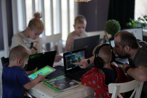 HJEMMESKOLE: Isabel (12), Tristan (9), Lionel (6) og Mateo (4) er i gang med en læringsøkt sammen med pappa Sondre Stjern.