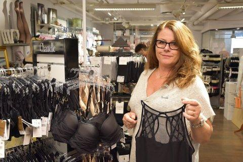 SELGER: Hilde Mørk Løken (63) har bestemt seg for å selge butikken som ligger på Askimtorget. Foto: Arkivfoto