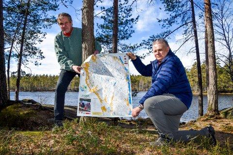 FJELLA-ENTUSIAST: Svein Syversen (t.v) og Roy Heyerdahl tilbød en rykende fersk utgave av Fjella-kartet i april etter korona skapte tur-boom i området.