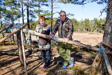 Grethe Olsen Nikolaisen og mannen Kai Nikolaisen synes de som har brukt denne gapahuken og området rundt – tett innpå en orrhaneleik sørøst for Ertevannet – kunne ha ryddet opp etter seg. I bakgrunnen myra hvor orrhaneleiken har pleid å foregå.