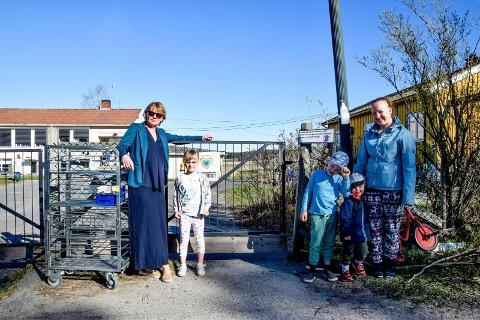 Selma Marita Sandgren (5) var allerede på plass og kunne sammen med virksomhetsleder Tove Skubberud Wang (t.v.) ønske Mona Johansen og sønnene Robert (6) og Emil (3) velkommen tilbake til Grimsby barnehage onsdag.