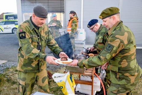 Troppssjef Bjørn Johansen i utrykningsstyrken i HV-01 var takknemlig for den gode grillmaten han fikk servert på grensevakt av Glenn Bjerke (nærmest) og Per Olav Gundersen fra NVIO Follo og Indre Østfold.