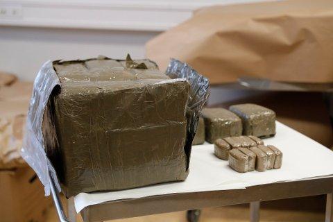 """BESLAG: Totalt beslagla politiet 263 kilo som de prøver å knytte til en mossing i forbindelse med """"Operasjon Hubris"""". I følge mossingen var verdien på disse beslagene drøye 14 millioner kroner."""