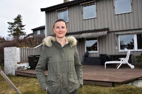 Vil faktasjekke: Annka Espelid Hval (32) i Åslia i Askim vil etter påske faktasjekke grunnlaget for regningen hun har fått av kommune. – Det er for store forskjeller i nabolaget, hevder hun.