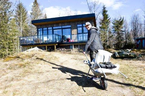 Flytter inn: Skjærtorsdag flyttet Øyvind Burås inn på den nye hytta ved Lyseren. - Her er alt kortreist, fra å  bruke lokale firmaer til kort hyttevei, forklarer askimingen.