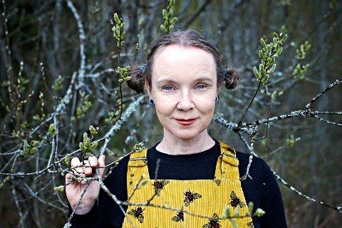 GLAD I HUMLER: Monica Marcella Kjærstad fra Spydeberg er nyvalg leder i foreningen La Humla Suse. I denne saken forteller hun hvorfor humla har en så viktig plass i vårt økologiske system.