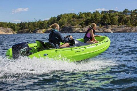 PÅ bølgene: Ine Kolberg liker best å kjøre summerfun båten som hun og søskenbarna deler på.                                                                                                                 FOTO: Christian Berset