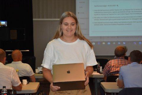 Leste fra Utøya: Petra Brinch (Ap )leste fra venninnens opplevelser på Utøya. Det ble sterk kost for mange av politikerne i kommunestyret.