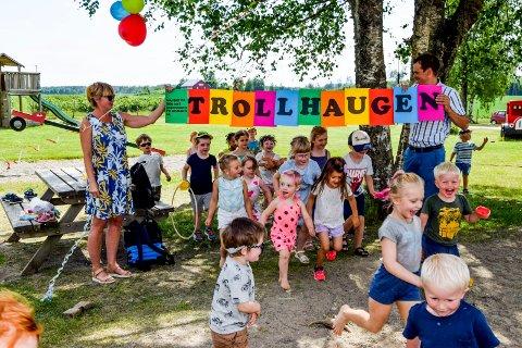 Jaaaaa! Om noen måneder flytter barna på Grimsby over til Trollhaugen barnehage på Ørje. Tirsdag tok de et par jublende løperunder under banneret som Tove Skubberud Wang og Theodor Bye holdt opp.