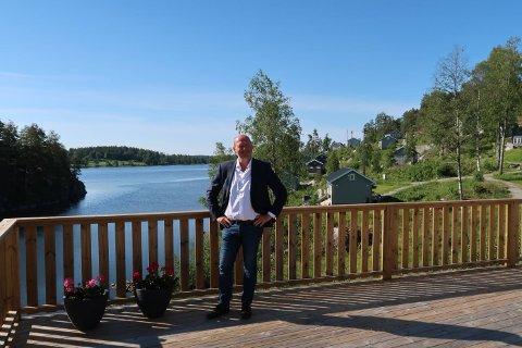Tom Myrseth er salgsdirektør i Merkantilbygg og tror nå det er mulig å selge 20 hytter på Nosa-halvøya før sommerferien. - Klaffer alt kan vi være utsolgt innen høstferien. Vi solgte første byggetrinn med 50 hytter på kun to år. Nå er allerede snart halvparten av siste byggetrinn revet bort. Går alt etter planen er alle 80 hyttene solgt innen sommeren 2021, sier han.
