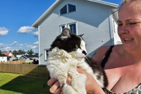 I fin form: Katten Lucas (3) og matmor Åsa Katrine Jørgensen. - Han er i fin form. Vetrerinærene fant ikke noe galt med katten.