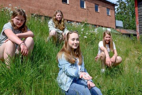 Salget av armbåndene med innskriften «Det går over» har innbrakt 10.000 kroner til Marker Røde Kors. Vilma Larsdatter Jaavall (13) (f.v.), Kaisa Solbakken (14), Erle Slevigen (15) og Thelma Fjeld (13) har lagt både tid og flid i å lage båndene.