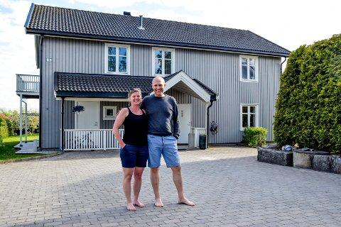 Maren og Martin Haavi Sørby foran huset i Løvestadveien. Etter en byggeperiode de selv var sterkt involvert i, flyttet de inn i påsken 2009.