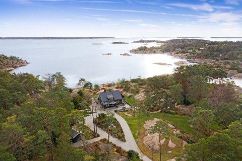 Landsted i over 100 år: Fritidsboligen er fra 1912. Eiendommen er stor og har brygge, strandlinje, svaberg, skog og hageanlegg. Foto: Fotoetcetera