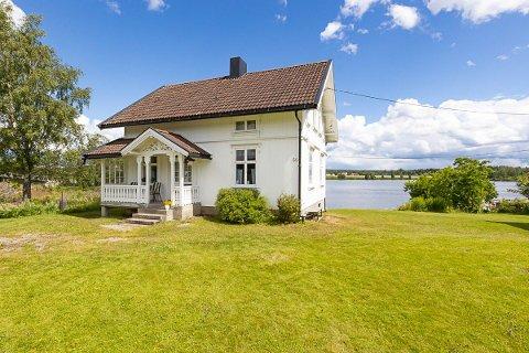 TIL SALGS: Hvis du vil bo eller feriere nærme svenskegrensen har du nå muligheten. Gammel sveitserbolig er til salgs i Ørje.