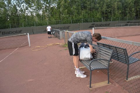 Må pakke sammen: Tenniskampen er over og spillerne pakker sammen utstyret. Men kommunen hadde ikke satt opp sperringer utenfor tennisbanen ved Askimhallen. Likevel var det forbudt å oppholde seg der.