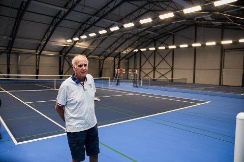 STOR INTERESSE: Leder i Mysen Tennisklubb og den viktigste drivkraften bak Mysen Rackethall, Roar Fundingsrud, kan fortelle om stor pågang til hallen til tross for korona.