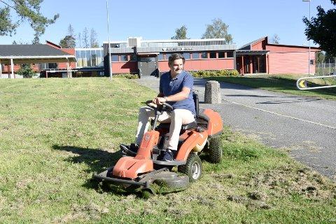 Kommunal oppgave: Øyvind Bakke er nabo til Askimbyen skole. – Jeg slo gresset foran skolen til skolestart. Her var det ustelt, forteller han. Etter skolestart har kommunens folk derimot slått gresset foran barneskolen.