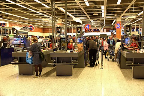 Advarer: Kommuneoverlegen advarer nå indre østfoldinger om å dra koronasmitte over grensa fra Indre Østfold til Sverige når vi drar på handletur.