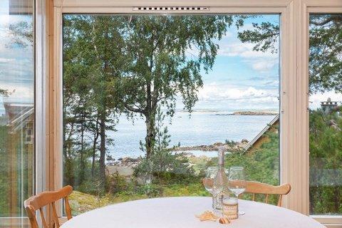 Utlandet har vært en fjern drøm denne sommeren, og derfor har mange realisert drømmen om en hytte. Sjøutsikt som dette står høyt på ønskelisten.