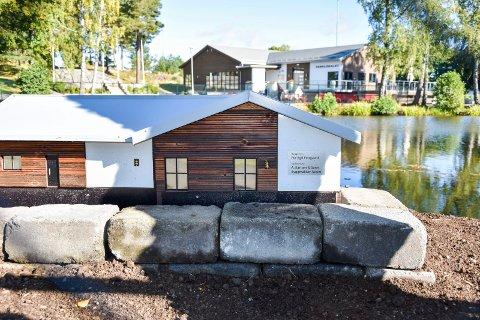 Høy standard:  De tre endene i Parkdammen har fått et andehus, ikke helt lik alle andre andehus, men prikk lik hovedhuset i Folkeparken.