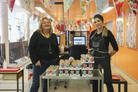 GIR BORT: Merete Gimle Labråten (til venstre) er utdanningsleder og leder for elevtjenesten og Caroline Jensen jobber i kantina.