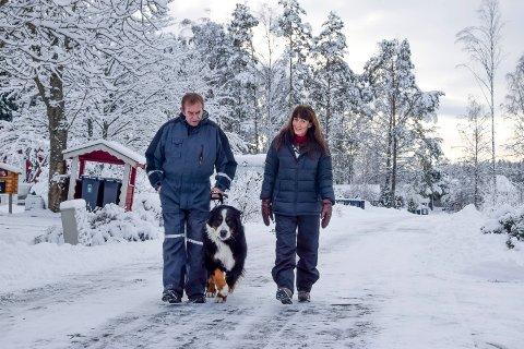 Sissel og Bent Vatndal liker å gå tur i nærområdet med Qing (snart tre år) og de andre hundene. På mørke kvelder savner de gatebelysning i Solheimveien hvor de bor.