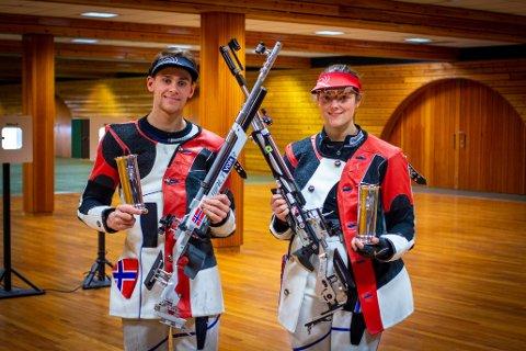 KONGEPOKALVINNERE: Henrik Larsen fra Mysen, som skyter for Krapfoss Skytterlag, og Jeanette Hegg Duestad, Nøtterø Skytterlag, ble tildelt kongepokalene i skyting for 2020. Det etter sterke resultater i NM i oktober.