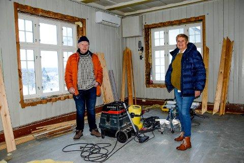 Tormod Melnæs og Heidi Frøshaug ser fram til å få restaurert og fylt Trøgstads gamle kommunestyresal med tidsriktig inventar og historisk innhold. – Bruken av bygget har vært røff, men nå setter vi det tilbake til slik det var, konstaterer de.