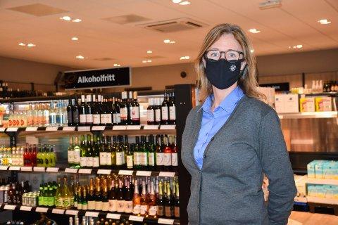KLAR TIL PÅSKE: Daglig leder Line Schie Andersen ved Vinmonopolet i Askim, sier de har stor pågang.