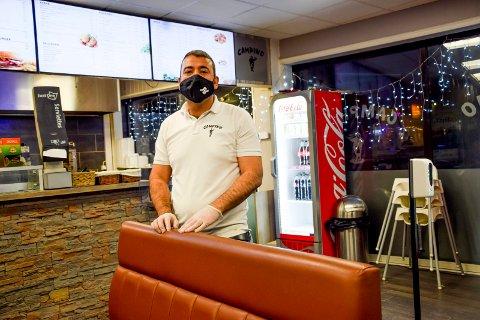 Mellom turer ut til kunder tok Fouad Albakr seg tid til en prat med Smaalenenes Avis.