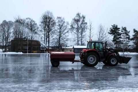 PREPARERES: Tirsdag morgen begynte kommunen å kjøre opp skøytebanen i Askim.