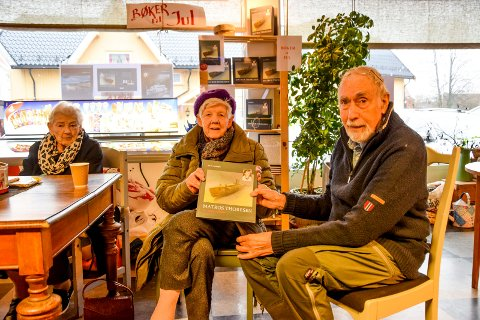 Bodil Larsen (t.v.) og Lillian Olsson er tidsvitner som husker møtet med Trond Evald Thoresen rett før han reiste – og aldri kom tilbake. Eilif Mosbæk har skrevet boka om Ørje-gutten som ga sitt liv i 1943.