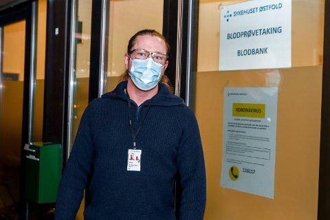 VERT: Leif Harald Kopperud jobber som vert på blodbanken og blodprøvetakingen i Askim. Hans jobb er å forsikre at pasientene som kommer ikke er smittet av korona. Det gjør han med å stille diverse kontrollspørsmål.