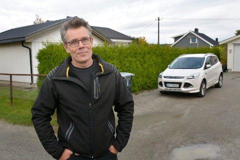 OVERRASKET: Jan Tore Angell er overrasket over beskjeden om feilparkert bil på egen gårdsplass.