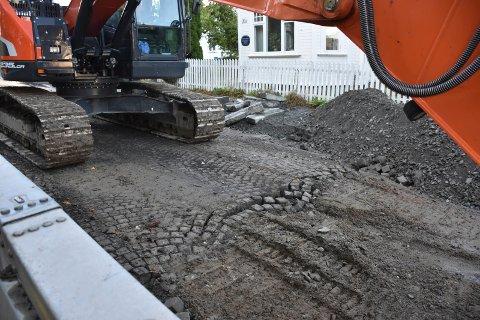 Gamle veier: Når asfalten i sentrum fjernes, dukker denne gamle brosteinen opp igjen.