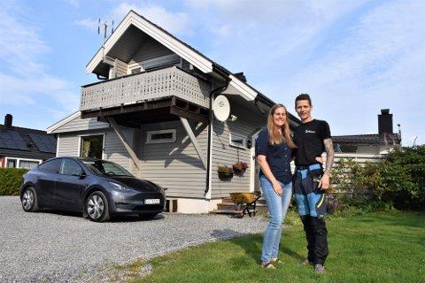 Madeleine Ulsness er fjerde generasjons kvinne i familien som eier av den grå to etasjers boligen på Askimjordet. Samboeren Niels Løvstad er glad for at de fikk kjøpe huset av svigermor. Foto: Siri Svendsby Hellerud